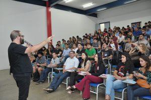 Maurício Ricardo realiza palestra na Unitri 4