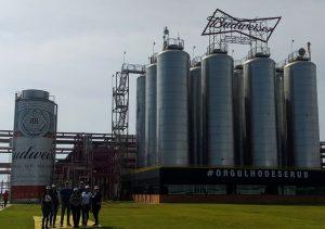 Acadêmicos realizam visita técnica na fábrica da AMBEV