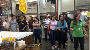 Alunos do curso de Administração realizam visita técnica na Leroy Merlin